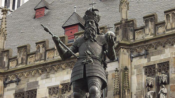 Statue Karls des Großen am Karlsbrunnen vor dem Aachener Rathaus. Foto: Stefan Steins