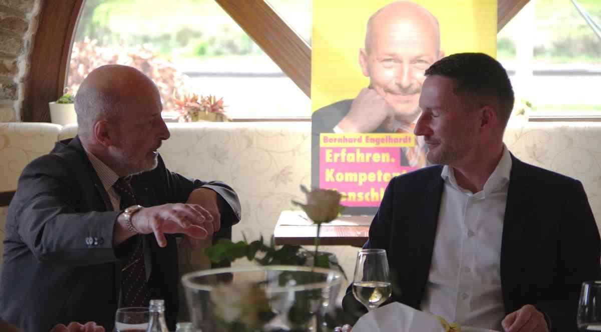 FDP-Bürgermeisterkandidat Bernd Engelhardt im Gespräch mit Stephen Paul (MdL)